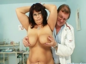 Big tits mature Daniela being gyno pussy examinated by gyno doctor at clinic