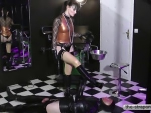 Lady fucks a Slave with a big Strapon in his Ass.
