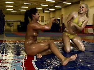 Blonde hottie and Brandy Smile stretch each others cunt with desire