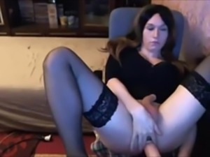 Shemale Makes Herself Cum