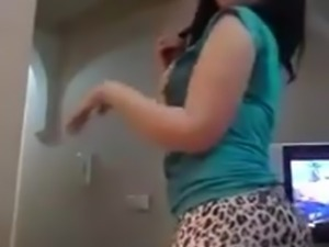Hot Khaliji girl with great ass home dance