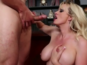 Sexy mommy Stormy Daniels gets her shaved cunt banged on the table