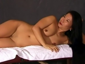 A very flexible Chinese cougar screwing her cunt indoors