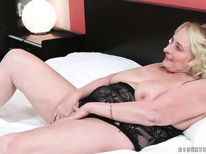 Mature bombshell blows dudes worm hungrily