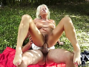 Blonde is ready to suck guys