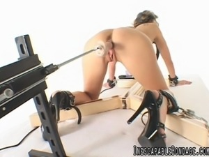 A fully nude lady fucked hard by a sex machine