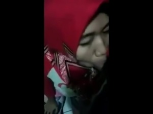 indonesian- jilbaber hijab isap kontol pacar