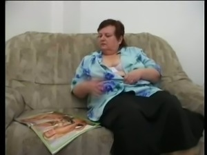 Short haired white mature lady with big breasts masturbates on the sofa