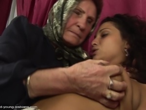 Steffani fingering mature granny pussy seductively