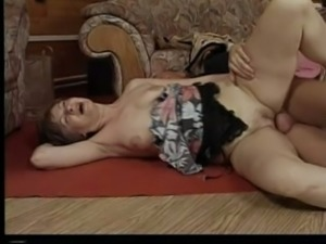 Mature white lady on the couch happy to ride on a dick