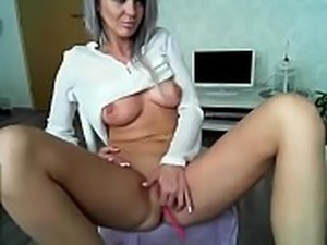Horny girl on chat playing pussy xxx