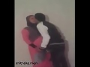 يزنق زوجة ابوه المحجبة في الغرفة