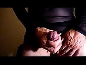 Sie spritzt in ihre Strumpfhose