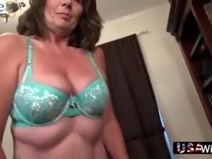 Mature whore feels great when her old pussy gets masturbated well