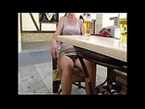Compila&ccedil_&atilde_o de mulheres andando sem calcinha mostrando a buceta...