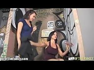 俩美女上厕所,发现隔壁伸出个大屌,直接一顿口爆