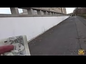 HUNT4K. La fille rousse adore le sexe contre l&#039_argent devant son copain
