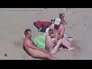 esposa en la playa con ganas de trio