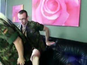 BUNDESWEHR MILF fickt JUNGSPUND in der Kaserne ohne Kondom