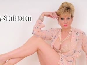 Unfaithful british mature lady sonia flashes her mons88WSs