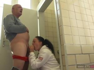 Egon fickt die Nichte auf dem Bahnhofsklo